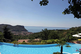 Hotel Madrigale The Panoramic Resort Blick Pool + Gardasee